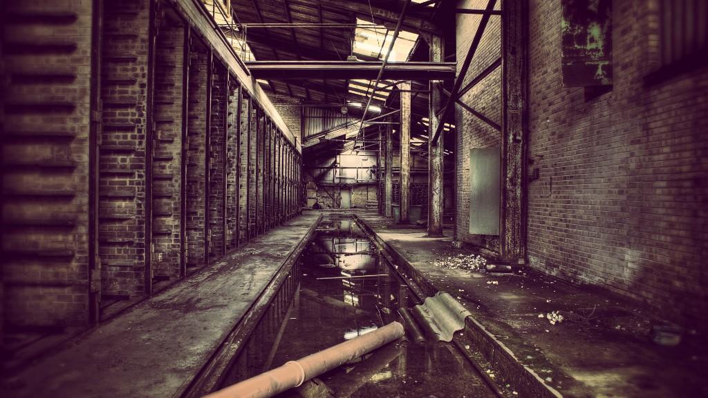 Verfallene Lagerhalle mit Kanal